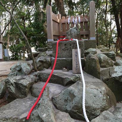 自凝岛神社・鹡鸰石
